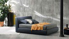 Monochromes Schlafzimmer mit Bett in abgerundeten Formen