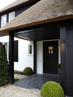 Add spice to your life this year with the 13 striking front door ideas and make the façade of your house as eye-catching as possible. Style At Home, Beautiful Buildings, Beautiful Homes, Dutch House, Outdoor Paint, Thatched Roof, House Goals, Architecture Details, Home Fashion