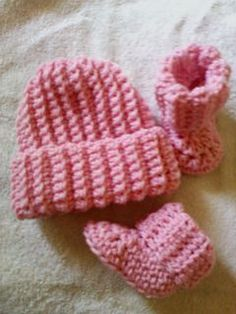 Crochet Baby Shoes Ribbed Baby Beanie and Booties - I couldn't even find a picture of the baby booties I was looking for to match the easy hat I made let alone a free pattern of one, so of course I made my own pattern. Crochet Baby Hats Free Pattern, Crochet Baby Blanket Beginner, Crochet Baby Beanie, Booties Crochet, Crochet Baby Clothes, Newborn Crochet, Crochet Patterns, Crochet Hats, Free Crochet