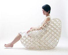「へちま」という紙でできた椅子。制作したのは東京都目黒区に事務所をもつ建築家の中村竜治さんで、「ハニカム構造」にヒントを得て、この椅子のアイデアを思いついたそうだ。