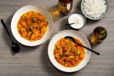 Het is heerlijk bijkomen boven een kom van deze kruidige, zoete gestoofde pompoen. Het is kaddo bourani: vegetarisch comfort food op zijn best! #recept #allerhande #kaddobourani #afghaans #pompoen #stoofgerecht Veggie Recipes, Vegetarian Recipes, Healthy Recipes, Tasty Dishes, Meal Planning, Food To Make, Curry, Good Food, Veggies
