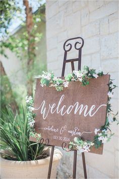 Shabby-Chic Wedding Ideas | Rustic Welcome Sign for Wedding | Rustic Wedding Inspiration | Photo: Kelly Hornberger Photography