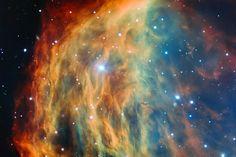メドゥーサ星雲 | 南米チリにあるヨーロッパ南天天文台(European Southern Observatory; ESO)の超大型望遠鏡によって、これまで撮影されたなかで最も詳細なメドゥーサ星雲がとらえられた。星雲の中央の星が寿命を迎え、宇宙空間外層に流され、このような色彩豊かな雲が形成されている。PHOTOGRAPH COURTESY OF ESO