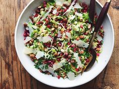 This Parmesan Brussels Sprouts Salad = SO GOODDelish Sprouts Salad, Brussel Sprout Salad, Brussels Sprouts, Christmas Salad Recipes, Winter Salad Recipes, Christmas Appetizers, Edamame, Tortellini, Salads