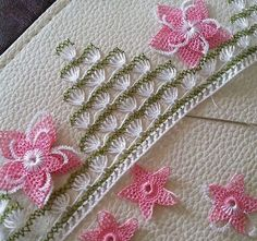 This Pin was discovered by İfa Hand Embroidery Stitches, Lace Embroidery, Embroidery Designs, Crochet Edging Patterns, Baby Knitting Patterns, Bordados E Cia, Fabric Yarn, Needle Lace, Lace Making
