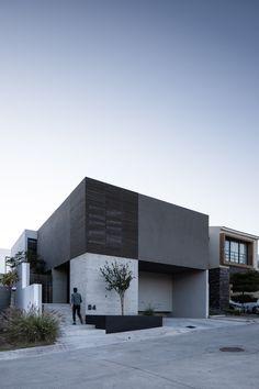 Minimal Architecture, Facade Architecture, Amazing Architecture, Arch House, Facade House, Casa Top, Modern Exterior House Designs, House Front Design, Black House