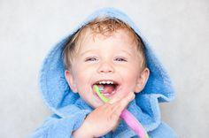 Perché acquistarlo se possiamo prepararlo in casa? Un dentifricio naturale può portare davvero tanti benefici ai nostri denti, oltre che una grande soddisfazione nel realizzarlo da soli. Per una buona igiene orale spesso e volentieri si ricorre all'acquisto in farmacia o al supermercato del dentifricio naturale, ma perché non prepararlo a casa? Via libera dunque al sorriso e ad una bocca sana! Pochi e semplici sono gli ingredienti per realizzare un dentifricio ...
