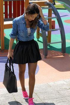 look con camisa de mezclilla denim shirt falda negra bolso negro tenis deportivos