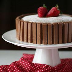 """""""- Filho qual bolo você gostaria para o seu aniversário?! - Mãe quero um bolo de laranja com calda de laranja e palitinhos de chocolate. Ah! E dois morangos por cima."""" Hoje o meu Davi faz 5 aninhos! Acho que ele vai ficar feliz quando chegar em casa. by feitocom.amor"""