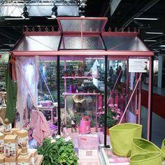 Det rosa Piccolo-växthuset från mässan i helgen gjorde succé! Har du en favoritfärg så finns den högst troligt att välja bland RAL-färgerna som du kan ladda ner på vår hemsida. (Ej metallic.) #wexthuset  #växthus #greenhouse #gardendreams #minträdgård #minuteplats #uterum #påminterrass #pink #rosa #rosadrömmar #rosaiträdgården #april #trädgårdsrum #svenskträdgård #galenirosa