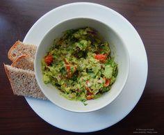 Guacamole este originar din Mexic și este un fel de pastă din avocado. Cel mai simplu guacamole înseamnă de fapt doar avocado zdrobit și sare, dar rețetele variază. Poți adăuga roșii bine coapte, c…