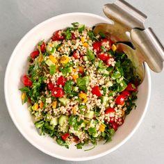 On se complique trop la vie, moi la première, bien que la simplicité en cuisine a souvent très, très bon goût. Et c'est le cas de cette salade, toute simple, et pourtant si belle ! (et bonne) et pu…