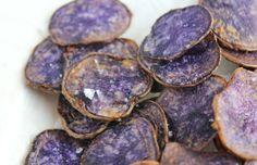 Zijn de kleuren van deze chips van paarse truffel aardappeltjes niet fantastisch? Hij smaakt gewoon naar aardappel maar door zijn bijzondere uiterlijk dat aan een truffel doet denken is hij een echte blikvanger. Een beetje fleur de sel nog erbij en je hebt een prachtig en lekker garnituur.recept: www.vertruffelijk.nl