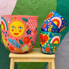 🍄🌼🌷🌿 Garden Party Pots 🥳 🌈 *trying out a few lightweight fibreglass pots (the large pink one shown. Painted Plant Pots, Painted Flower Pots, Pottery Painting Designs, Cute Clay, Clay Art, Garden Pots, Decoration, Creations, Diy Crafts