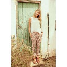 Sommerlich-leichte Hose aus weicher Qualität. Leger geschnitten und allover bedruckt