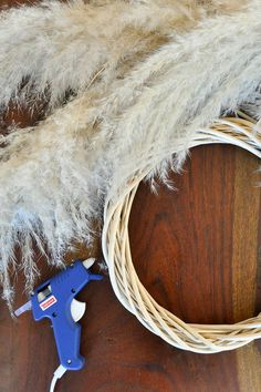 Pampas Grass DIY Using a dollar store wreath I created a simple pampas grass wreath that would be great for the front door or in a room. Harvest Decorations, Seasonal Decor, Dried Flower Wreaths, Modern Wreath, Diy Wreath, Wreath Ideas, Boho Diy, Pampas Grass, Diy Wedding