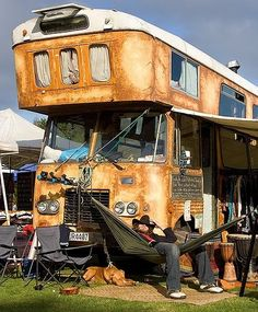 A rust' in mobile home! The height of style.a redneck hammock! Camper Caravan, Truck Camper, Camper Van, School Bus Camper, Rv Bus, Vintage Campers Trailers, Camper Trailers, Kombi Motorhome, Classic Campers