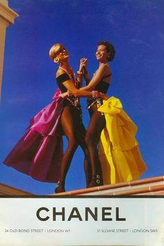 Christy Turlington and Linda Evangelista, Chanel 1991 Estilo Coco Chanel, Mode Collage, Mode Chanel, Chanel Chanel, Chanel Bags, Chanel Handbags, Chanel Couture, Chanel Fashion, Elle Mexico