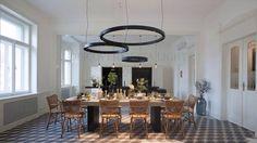 Circular lighting fixture at dining table ⭕️ White Interior Design, Beautiful Interior Design, Interior Decorating, Dining Room Design, Dining Area, Dining Table, Delta Light, Room Setup, Eclectic Decor