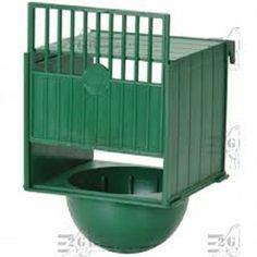 NIDO ESTERNO LUSSO PLASTICA DM-10   Nido per canarini, cardellini, ecc. realizzato in plastica e posizionabile solo esternamente alla gabbia mediante appositi ganci, fissi, da agganciare alle sbarre della gabbia in prossimità dello sportellino. Le pareti laterali e il tetto sono chiuse per  2,35 €  https://www.pets-house.it/nidi/5962-nido-esterno-lusso-plastica-dm-10-1300000001380.html