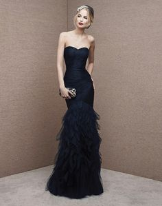 lmrweddings.com 心形領口晚裝裙  這條晚裝裙採用心形領口,上身有褶皺細節,並有荷葉裙和其他顏色可供選擇。