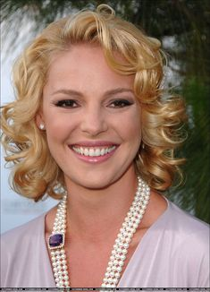 Katherine Heigl Her best known film appearances include roles in Knocked Up 27 Dresses The Ugly Truth Killers Life As We Know It New Year's Eve The Big Wedding and Unforgettable Katherine Heigl, Female Actresses, Actors & Actresses, Famous Celebrities, Celebs, Estilo Marilyn Monroe, Stars D'hollywood, Curly Hair Styles, Natural Hair Styles