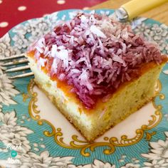 This 1 Syn a slice Jam and Coconut Sponge is a bit old school and brings back lovely memories for me visiting my Granny. A warm kitchen with such wonderful smells. A loving hug and a piece of jam and coconut sponge! I've been practising this recipe for a Slimming World Deserts, Slimming World Puddings, Slimming World Recipes Syn Free, My Slimming World, Slimming Eats, Jam And Coconut Cake, Coconut Slice, Sliming World, Coconut Recipes