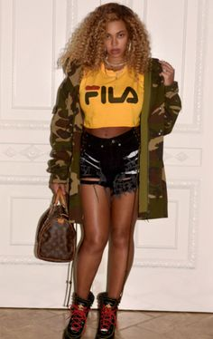 Strike a pose: Beyonce chose a loose fitting yellow Fila top that had long sleeves Beyonce 2013, Rihanna, Look Fashion, Daily Fashion, Fashion News, Women's Fashion, Destiny's Child, Style Beyonce, Concert Outfits