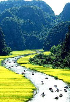 Bich Dong near the city of Ninh Binh in Northern Viet Nam -via Dali Arfa Ai đã từng chèo thuyền ở đây?