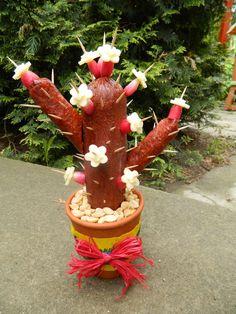 Cactus from salami lustig - Modern Cactus Craft, Cactus Cactus, Bouquet, Edible Crafts, Navidad Diy, Christmas Diy, Christmas Ornaments, Diy Gifts, Diy And Crafts