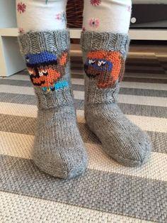 Ryhmä Hau taitaa olla monen pienen suosikkiohjelma tällä hetkellä ja minuakin pyydettiin tekemään sukat Ryhmä Hau -teemalla. Sain toteutukse... Knit Mittens, Knitting Socks, Bindi, Baby Sweaters, Paw Patrol, Kids And Parenting, Handicraft, Little Boys, Knit Crochet