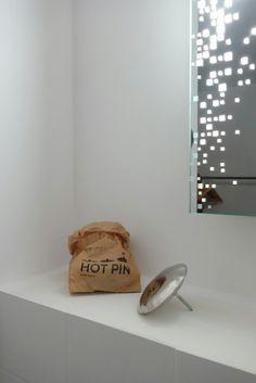 Salle de bain l Patère Hot Pin,  design Oskar Zieta,  miroir rétro éclairé Habitat. https://shop.zieta.pl/en,p,31,82,hot_pin.html  Presentation about hangers: http://zieta.pl/zieta_HANGERS.pdf