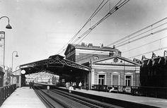 station Rotterdam Blaak stationsgebouw I (1937) middendeel met twee verdiepingen met fronton met uurwerk en versiering. Aan weerszijden een vleugel met gelijke bekroning in de eindgevels als in het middendeel
