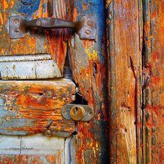 38 Ideas old door handle texture Paint Door Knobs, Old Door Knobs, Door Knobs And Knockers, Old Doors, Windows And Doors, Black Door Handles, Photo D Art, Peeling Paint, Rusty Metal
