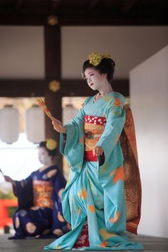 Maiko Ichitaka and Katsuna dancing at the 2015 Nishijin kimono garden party (source). Japanese Geisha, Japanese Beauty, Japanese Kimono, Yukata, Japanese Costume, Art Japonais, Japanese Outfits, Japanese Clothing, We Are The World