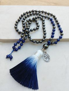 Japamala 108 contas em Hematita e Lápis Lazuli Statement Necklaces, Tassel Necklace, Lazuli, Tibetan Jewelry, Prayer Beads, Totoro, Reiki, Tassels, Prayers