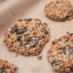 Ein Muss für alle Fitness-Gurus und Gesundheits-Enthusiasten. Heute gibt es knusprige Nuss-Cracker mit einer Menge gesunder Nährstoffe und Vitamine. Die schnellen Low-Carb Snacks beinhalten unter anderem, gesunde Zutaten wie Mandeln, Sesam, Sonnenblumenkerne und Walnüsse. Außerdem sind die leckeren Snacks für Zwischendurch - in wenigen Minuten fertig und beinhalten kaum Kohlenhydrate. Wer Lust auf Süßes ohne schlechtes Gewissen hat, ist hier genau richtig.