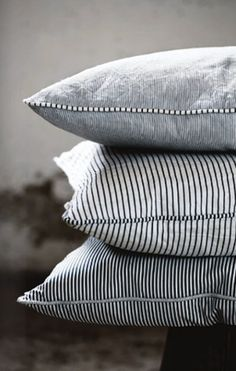 Contrasting piping black & white cushions