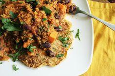 http://onegr.pl/1A00k3w #vegan #vegetarian #bean #chili #skillet #corn #cakes #recipe