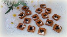 mini dortíčky s výkrojem srdce cena za kus - (marmeláda, nutela a nejlepší jsou s povidly) (dvaperníčky - s výkrojem - spojené náplní - zdobené maličko navrchu cukrovou malbou) - vše jedlé - vel: 3cm