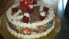 Pastel de aniversario, relleno con nata y fresas, dulce de leche y nueces picada, decorada con nata fresas chocolate picado