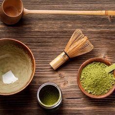 Für die Matcha-Tee-Zubereitung ist Fingerspitzengefühl gefragt und das richtige Werkzeug. Unverzichtbar: der Bambusbesen, mit dem das Getränk schäumig geschlagen wird.