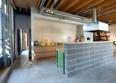 Cocina abierta con pared de alicatado / Vivienda con jardín y patio / Un antiguo almacén transformado en una acogedora y moderna vivienda #hogarhabitissimo