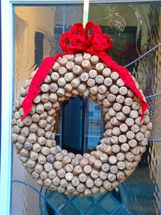 christmas wreaths ideas how to make cork wreath tutorial Wine Cork Wreath, Wine Cork Art, Wine Cork Crafts, Wine Bottle Crafts, Wine Corks, Champagne Cork Crafts, Champagne Corks, Unique Christmas Decorations, Christmas Wreaths