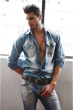 Jeans give great sensual feelings.Une belle bête juteuse à souhaiit. Mens Casual Jeans, Denim Shirt Men, Sexy Jeans, T Shirt, Skinny Guys, Jeans And Boots, Men's Jeans, Man Up, Sexy Shirts
