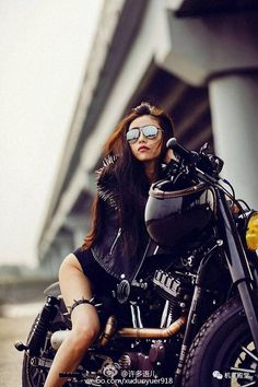 Motorcycle Tips & Ideas Lady Biker, Biker Girl, Biker Photoshoot, Motard Sexy, Chicks On Bikes, Motorbike Girl, Motorcycle Girls, Bicycle Workout, Cafe Racer Girl