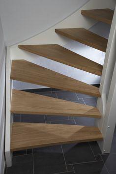 Öppen vitmålad L-trappa med steg i ek.