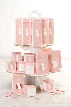 """Leuke opstelling van doopsuiker bij het silhouet meisje geboortekaartje #geboortekaartje #doopsuiker #geschenkje #roze """"assortiment"""