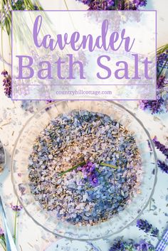 Enjoy the soothing qualities of lavender and learn to create a sweet-smelling lavender bath salt at home. Decorated with our free printable labels, it also is a pretty homemade gift for friends and family. Homemade Gifts For Friends, Lavender Bath Salts, Diy Scented Bath Salts, Diy Cadeau Noel, Homemade Beauty Products, Printable Labels, Free Printable, Home Made Soap, Diy Beauty