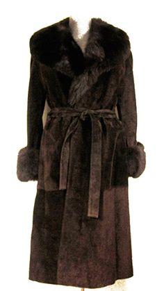 Abrigo de ante marrón de Loewe, tipo batín, con cuello y puños de bisón en el mismo en el mismo tono. Década 1970. Talla 40/42. 2.150,00€ (Negociable)